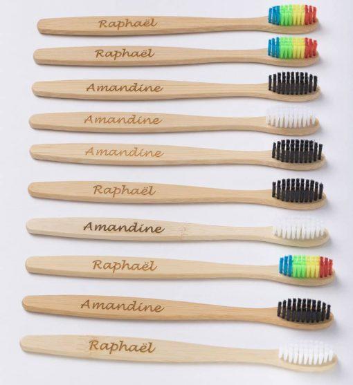 10 brosses à dents personnalisées alignées