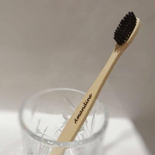 1 brosse à dents dans un verre