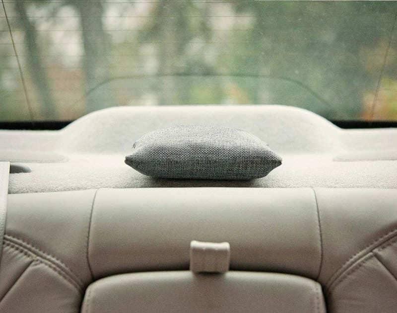sac desodorisant dans une voiture à l'arriere