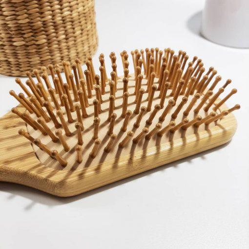detail brosse a cheveux en bambou biais picots